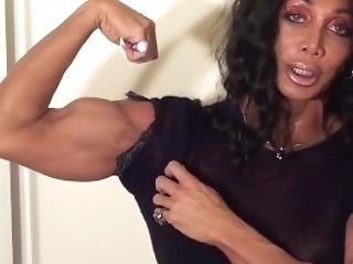 Female Bodybuilder Has Very Sexy Biceps